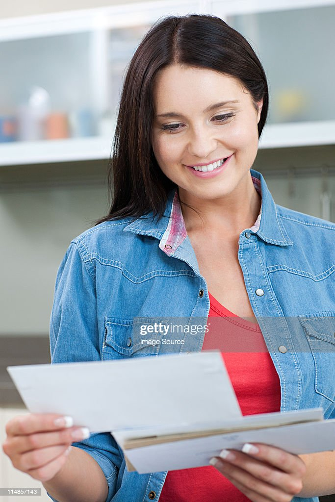 Young woman holding letters : Foto de stock