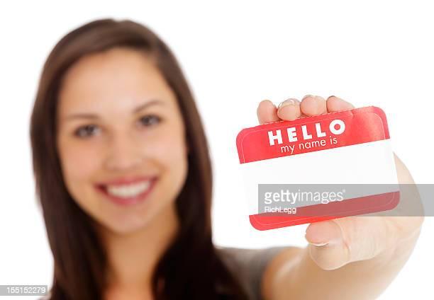 Junge Frau hält Namensschild