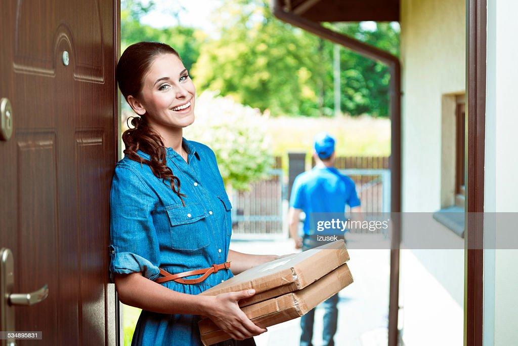 Junge Frau holding Pakete : Stock-Foto