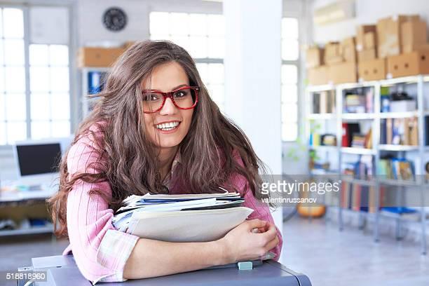 Junge Frau halten Haufen Zeitungen