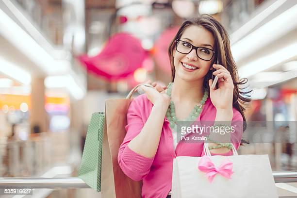 Junge Frau holding Einkaufstaschen