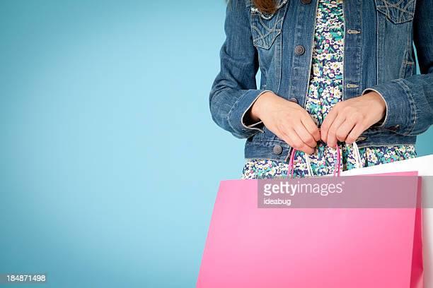Jeune femme tenant Shopping sacs, avec de l'espace pour le texte