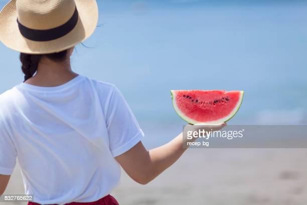 Jonge vrouw bedrijf watermeloen