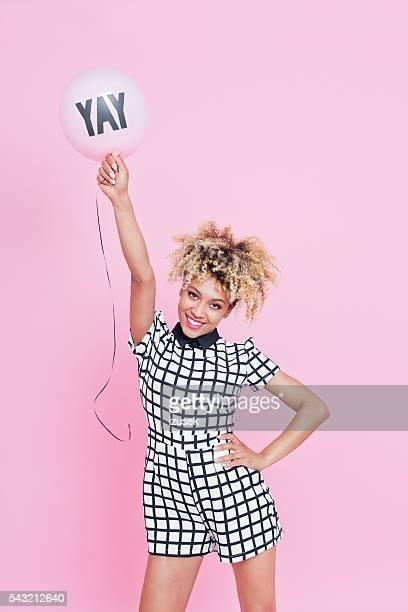 Junge Frau festhalten Yeah balloon