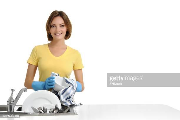 Mujer joven ama de casa de mucama lavar los platos aislado sobre fondo blanco
