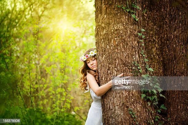 Junge Frau umarmen einen Baum