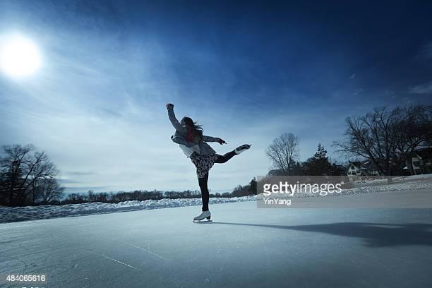 Mulher jovem Patinadora no gelo no ar livre de Inverno Pista de Patinagem no Gelo