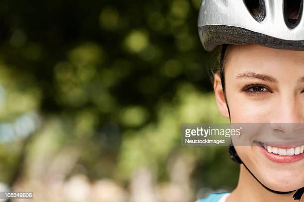 Junge Frau auf einem Fahrrad Helm