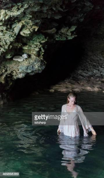 Jeune femme dans une grotte