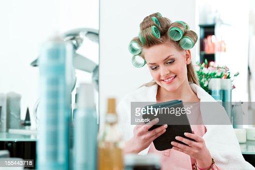 Maschere sulla testa i capelli di fare densi