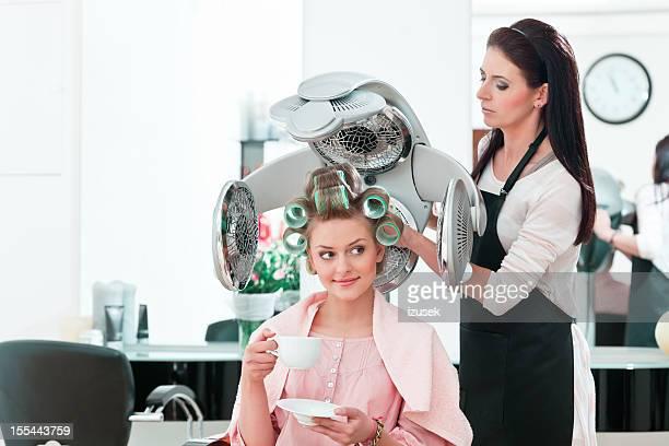 若い女性のヘアサロン