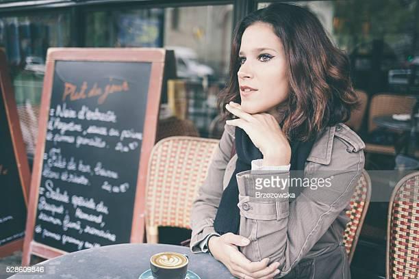 若い女性で、パリのサイドウォークカフェ(パリ(フランス)