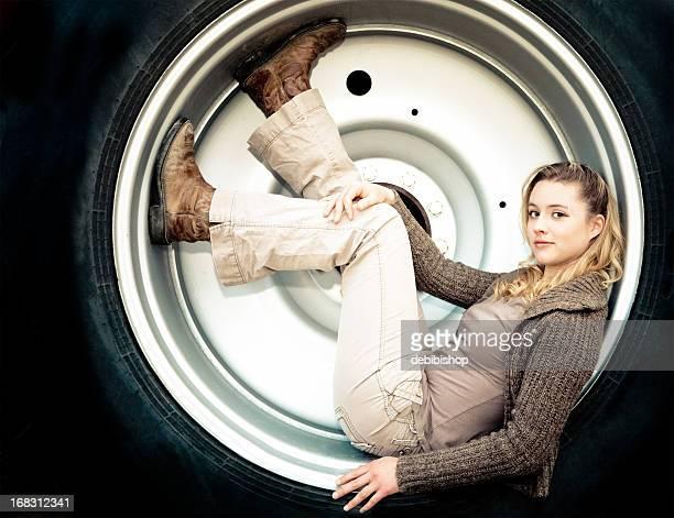 Jovem mulher em um pneu Rim