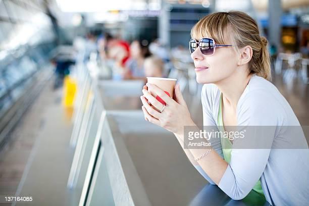 Jeune femme au Café de l'aéroport