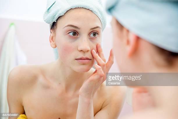 Jeune femme dans la salle de bains