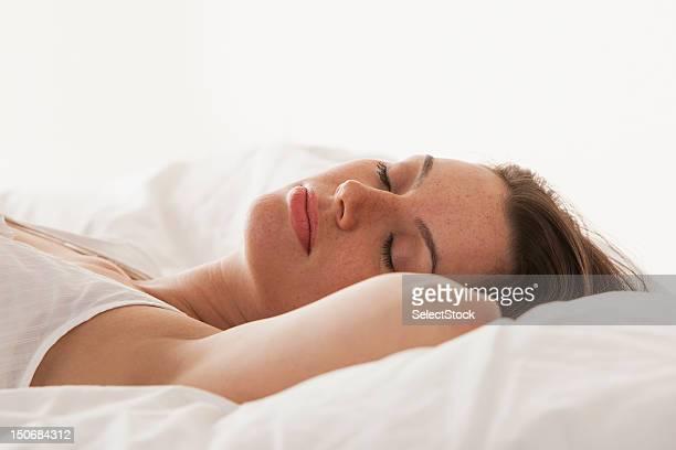 若い女性のベッドのベッドルーム