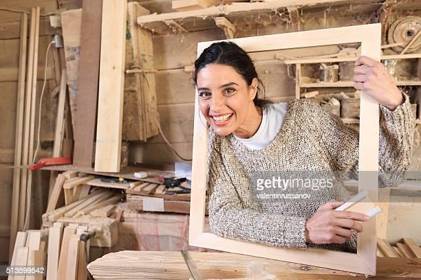 Giovane donna in qualità di Carpentiere officina