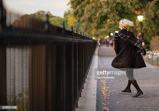 Junge Frau im Central Park, Manhattan, NYC