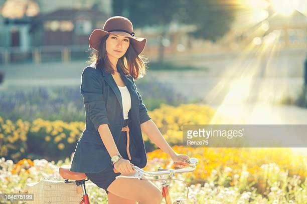 Junge Frau mit Ihrem Fahrrad in der Stadt