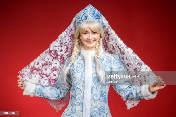 Junge Frau im Kostüm des russischen Schneewittchen