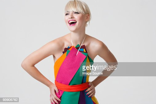 Joven mujer en vestido hecho de cintas de colores
