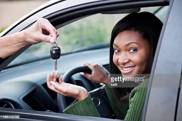 Junge Frau in Fahrersitz ist die Autoschlüssel