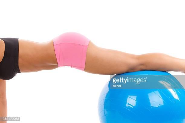 Jeune femme dans les vêtements de sport sur ballon