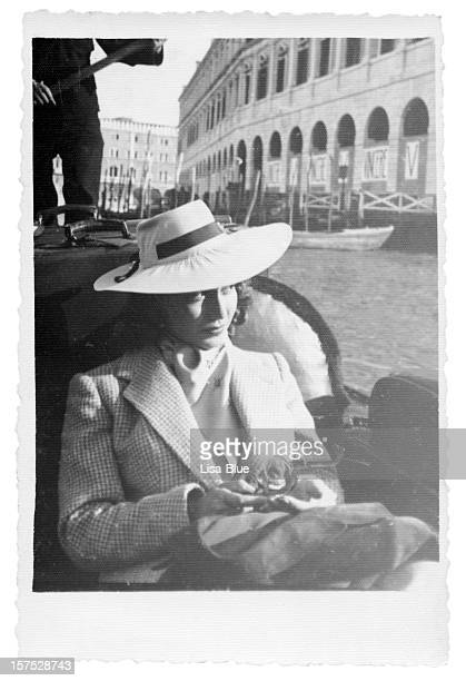 Junge Frau in der Gondel in Venedig 1935, schwarz und weiß