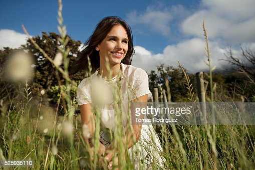 Young woman in grass : Foto de stock