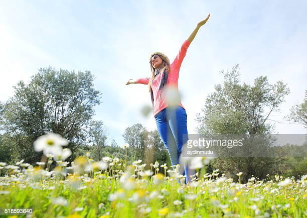 Jeune femme dans la nature avec les bras tendus