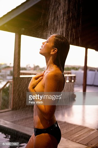 Young woman in outdoor shower : Foto stock