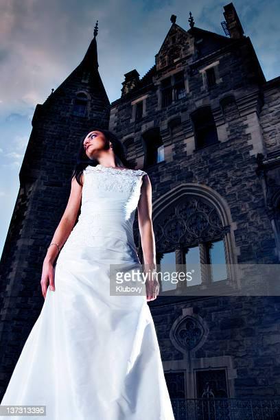 Jeune femme dans le palace.