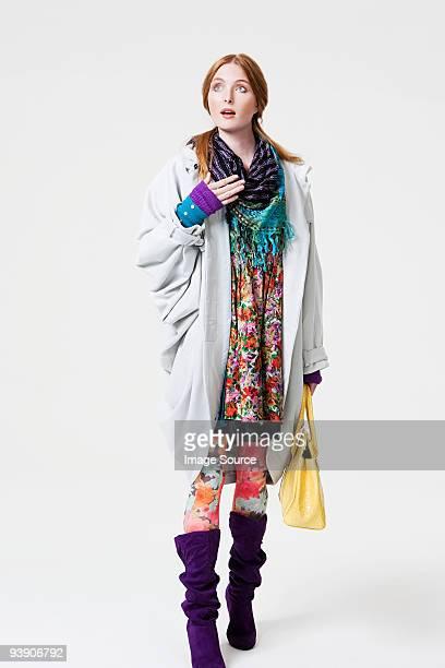 服の若い女性の模様入り