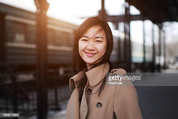 Jovem mulher na estação de caminhos de ferro-XG