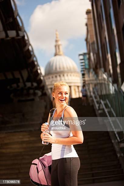 Jeune femme dans le sport vêtements marchant dans les rues de Londres