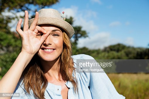 Young woman in straw hat making funny face : Foto de stock