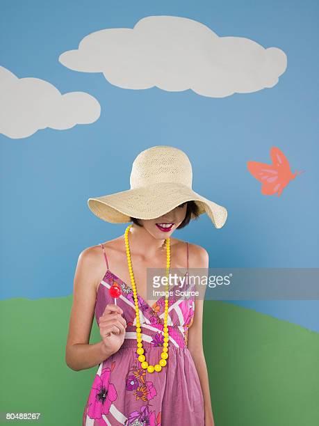 Giovane donna in un cappello da sole