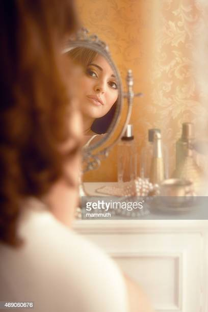 Jovem mulher na boudoir-glamour fotografias