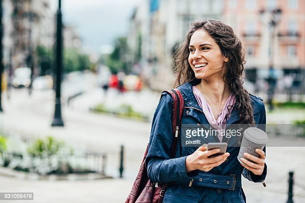 Jeune femme dans la ville