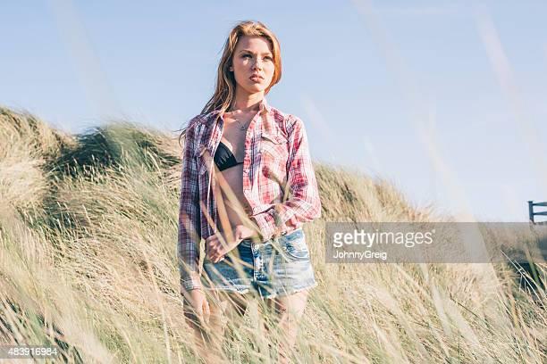 Jeune femme dans les dunes