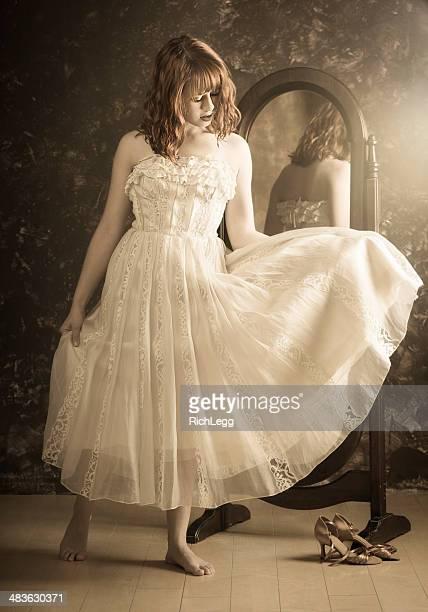 Jeune femme en robe Vintage