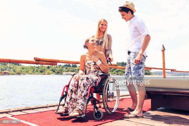 Joven mujer en silla de ruedas en el mar