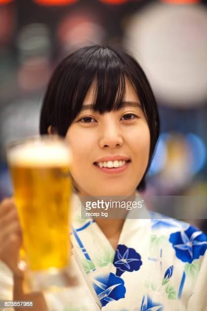 ビールと浴衣の若い女性