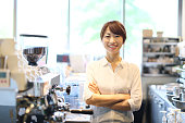 若い女性はカフェの店主です