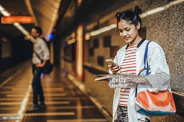 Jeune femme est de message sur le métro