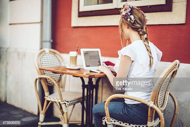 Young woman is reading her tablet in a caf?