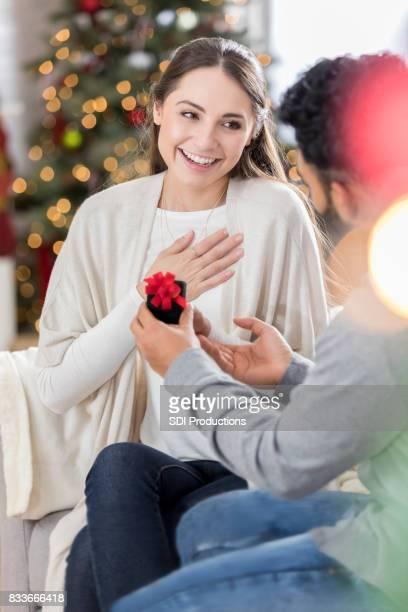 Jeune femme est touchée par la proposition de mariage de petit ami