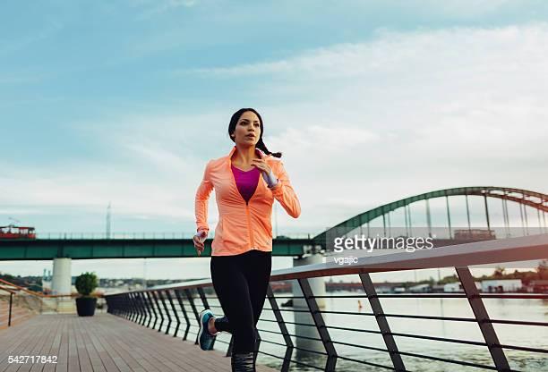 Giovane donna Fare jogging vicino al fiume.