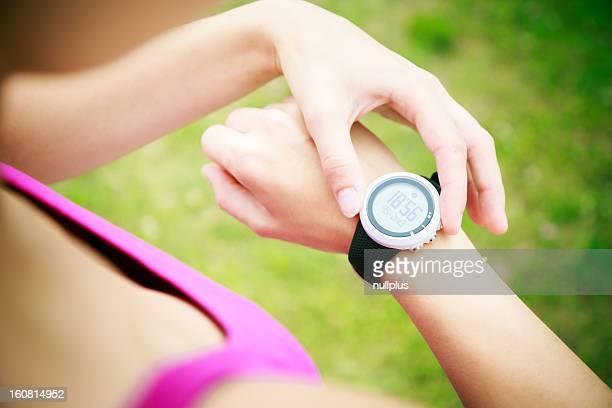 Giovane donna jogging