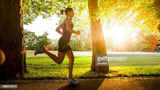 Jovem mulher jogging
